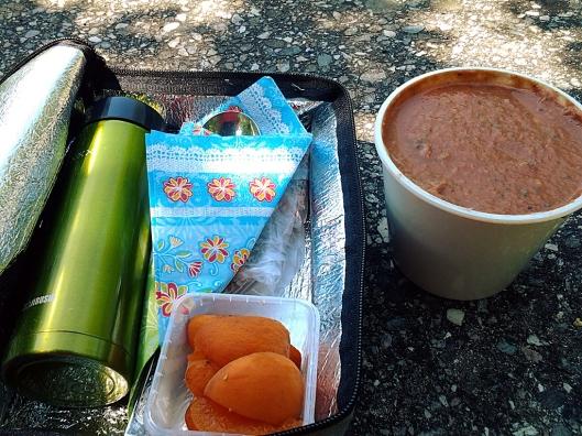 Reise-Bento mit Gazpacho